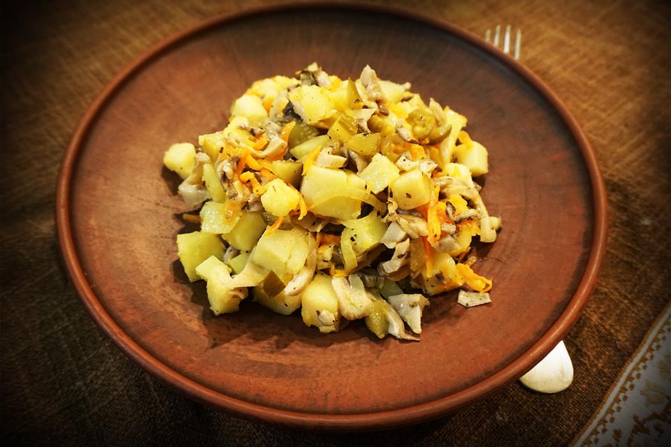 Салатка з гливами дуже пасуватиме як швидка і небанальна перекуска. Може бути основною стравою або додатком.