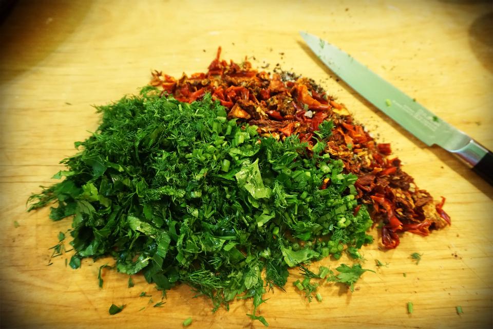 Солений сирник, з зелениною, оливками і в'яленими помідорами