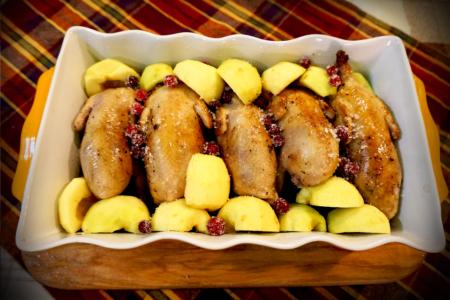 Перепілки печені, з яблуками і журавлиною