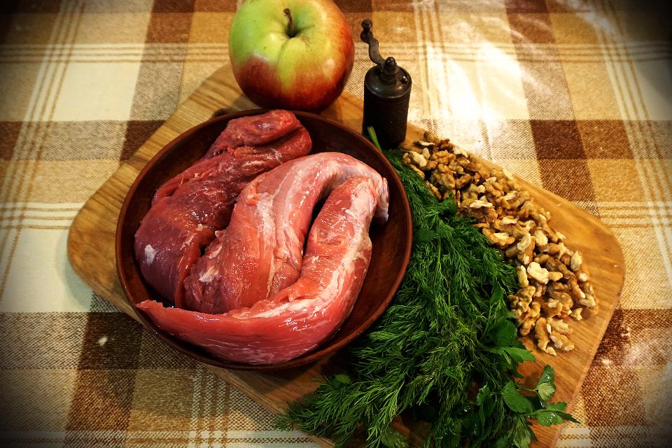 Вепрова роляда з горішками, яблуком і зелениною