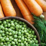Морква з горошком в молочному сосі з кропом і м'яткою