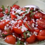 Салатка з помідорів, рабарбару і бузинового цвіту (за Отоленґі)